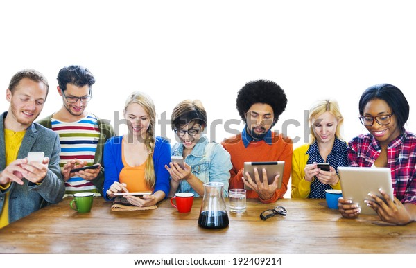Groupe de personnes multiethniques utilisant des tablettes