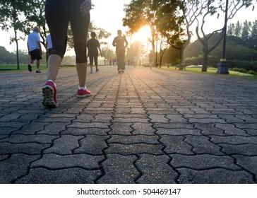 Groupe de personnes faisant de l'exercice dans le parc au lever du jour concept de bien-être