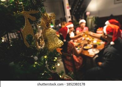 Zu Hause gibt es eine Dinner-Weihnachtsfeier.