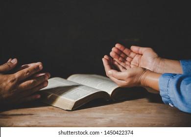 Gruppe von Menschen, die Hände beten Gottesanbetung glauben, Hingabe für Gebet-Treffen Konzept