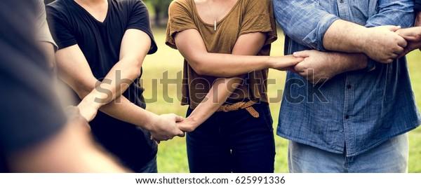Gruppe von Personen, die die Einheit des Teams mit Händen halten
