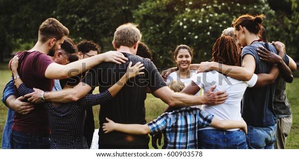 Gruppe von Leuten im Park zusammenschlüpfen