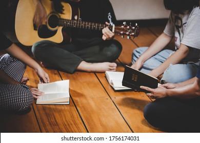 Gruppen von Menschen beten Gottesdienst glauben. weicher Fokus, gemeinsam beten und loben zu Hause. Konzept der Hingabe oder des Gebets.