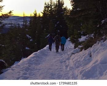 Grupo de personas caminando por el camino en la montaña serak cubierta de nieve en la República Checa