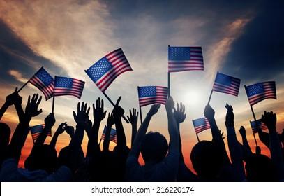 Gruppe von Menschen, die amerikanische Flaggen auf der Rückseite schweben