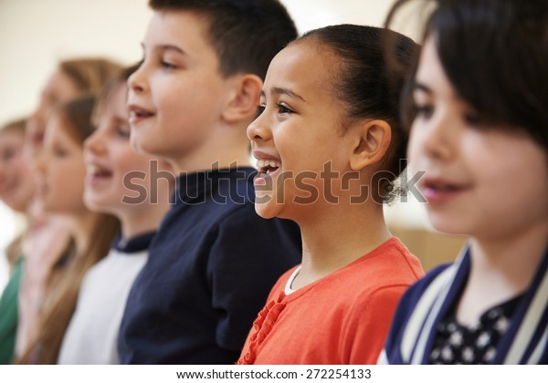 Groep van schoolkinderen zingen in koor samen