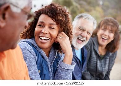 Grupo De Amigos De Edad En La Senda En El Campo Conversando Y Riendo Juntos