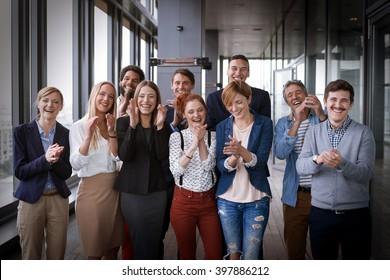 Fotografía grupal de gente de negocios en la moderna sala de oficinas. Post procesado con filtro de película vintage.