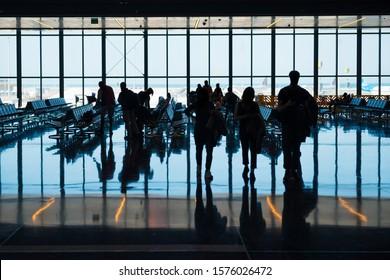 Gruppe der Silhouette-Personen am Flughafen zur Registrierung mit Gepäck