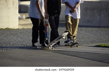 Skateboardergruppe in einem Skatepark