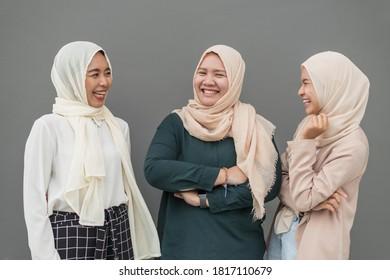 Grupo de mujeres musulmanas sonrientes.