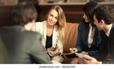 Un grupo de empresarios exitosos. Examen del importante contrato de la empresa.