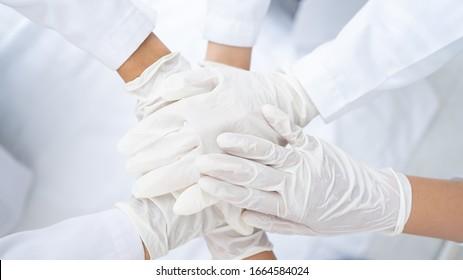 Die Gruppe der Ärzte koordiniert das Handshaking.Ärzte und Krankenschwestern arbeiten zusammen, um Krankheiten und Viren zu bekämpfen.