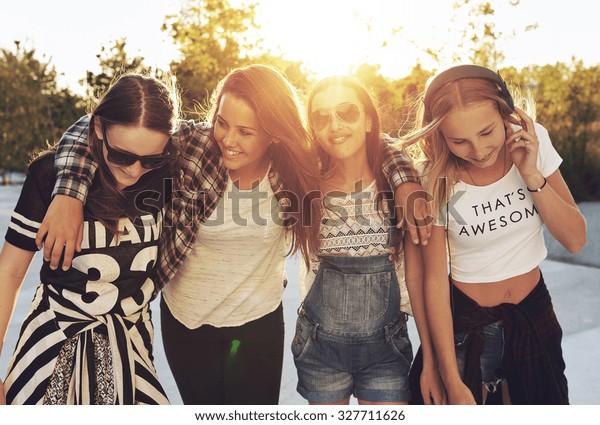 Groep tienermeisjes lopen door de straten en lachen