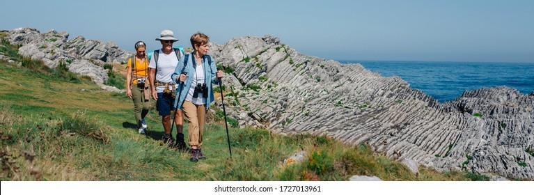 Groupe de trois personnes pratiquant le trekking en plein air