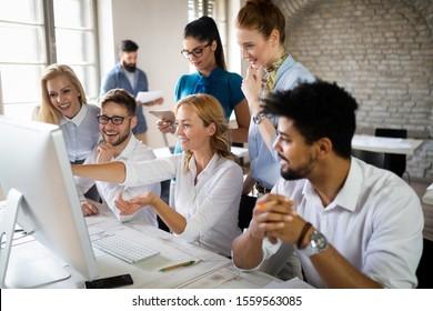 Grupo de jóvenes empresarios o dise?adores trabajan con un nuevo proyecto de puesta en marcha en la oficina