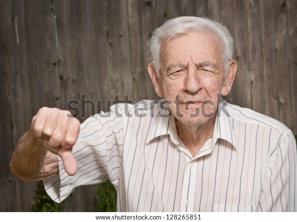 rabugento idade homem dando polegares para baixo