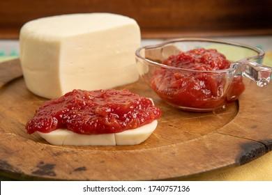 Guava-Marmelade mit Käse, typisch brasilianisches Käsedessert mit Guava, in Romeu und Juliet Brazil genannt.