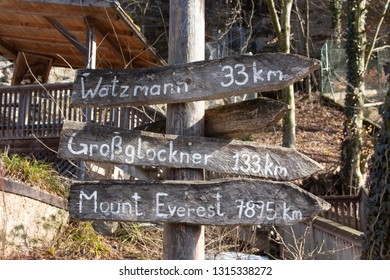 a guidepost in zoo salzburg