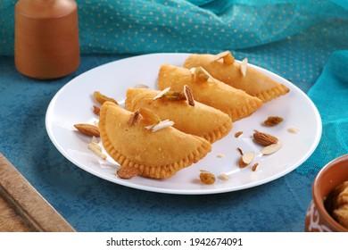 Gujiya - Indian Food Sweet Dumplings Made während des Holi Festivals