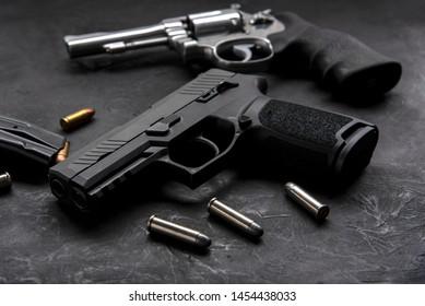 Waffe mit Munition auf dunklem Hintergrund.