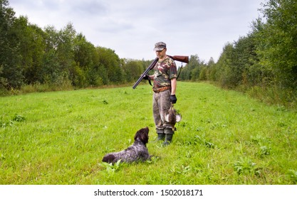 gundog lies in front of hunter during hunting