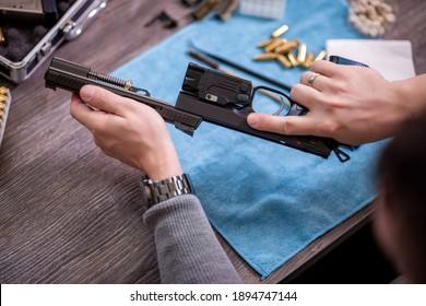 Der Schmied reinigt die Waffe.Montage und Demontage der Waffe.