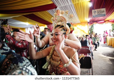 GUNUNG KIDUL APRIL 2014 - Beautiful bride is dancing together with all the guest during her traditional wedding celebration in Yogyakarta