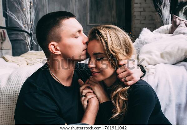 女の子と一緒にクリスマスを祝う男。大みそかに愛し合う夫婦がお互いに楽しみ合う。新年の恋物語。