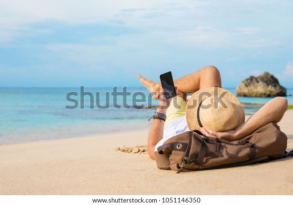 Guy mit Smartphone am Strand