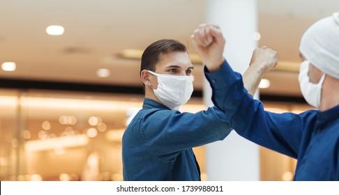 chicos con máscaras protectoras se saludan entre ellos cuando se reúnen