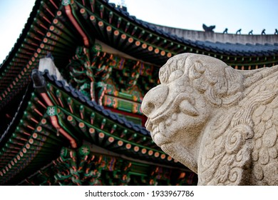Gwanghwamun Gate, the entrance to the Korean palace and a symbol of Seoul, the capital of Korea The statue is a hatch, a representative animal of the Joseon Dynasty, an ancient Korean kingdom.