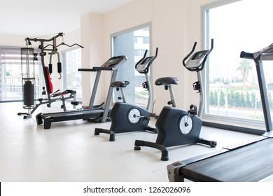 Fitnessgeräte und Fitnessgeräte. Apartment Fitnessstudio Salon.