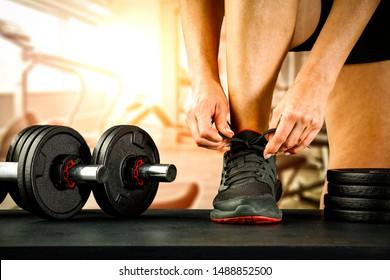 Fitnessraum Inneneinrichtung und Frauenhand