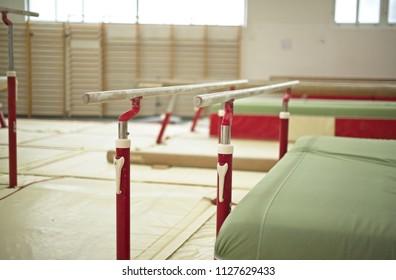 Sala de Gimnasia. Equipamiento deportivo.Barras paralelas
