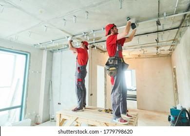 Obra de yeso de yeso. Construcción de paredes secas en casa. Trabajador del contratista instalando marco metálico en el techo