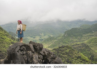 HA GIANG, VIETNAM - SEPTEMBER 19, 2015: Vietnamese, She is currently working on the high ground. Greet visitors with friendship in interest province of Ha Sang. north of Vietnam.
