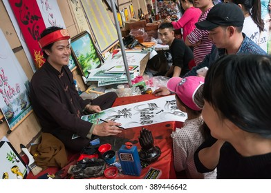 HA NOI, VIET NAM, March 8, 2016 man Vietnam calligraphy, calligraphy hobby is popular in Vietnam