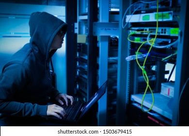 Hackers hiding in the organization Waiting for time to penetrate the data security system from the server room to ransom the important information of the organization.