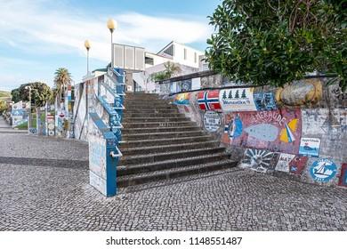 Hafenmauer im Hafen von Horta auf Faial