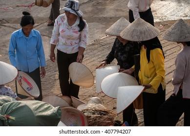 HAI DUONG, VIETNAM, February 16, 2016 rural women Hai Duong, trading in a conical hat, the rural market