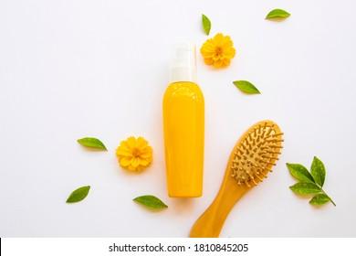 Haarpflegeserum für geschädigte Haare mit Bürstenkamm Gesundheitsfürsorge Kosmetikkopf und Haare, mit Kosmos-Blume Lifestyle Frau Anordnung flach Laienstil auf weißem Hintergrund