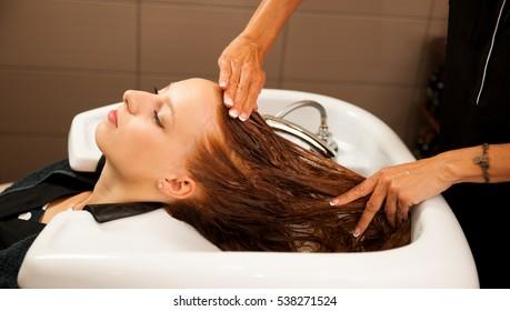 Treppenliste am Arbeitsplatz - Frisör vor Friseur-Friseur waschen