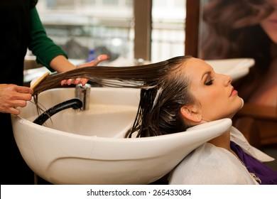 Friseur, der im Salon Friseur für einen Kunden macht