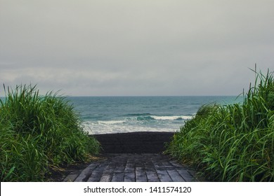 Halaktyrsky beach is one of the most picturesque places in Kamchatka. Black volcanic sand and huge ocean waves are so impressive and fascinating at the same time. This is the path to might.