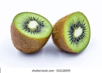 halbe Kiwi-Frucht einzeln auf weißem einzeln Hintergrund