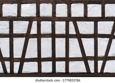 Halbholz-Detail eines Modellbauhauses in dunkbraunweiß und weiß