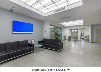 Sala del centro de oficinas con torniquetes