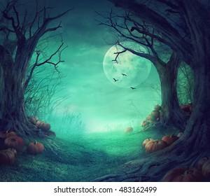 Halloween-Hintergrund. Lecker Wald mit toten Bäumen und Kürbis.Halloween-Design mit Kürkins