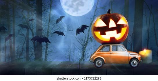 Halloween-Auto, das Kürbis auf nächtlich beängstigenden Herbstwaldhintergrund liefert